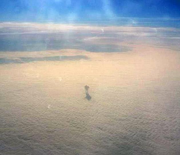 bulutlarin_uzerinde_yuruyen_adam_sosyal_medyayi_salladi