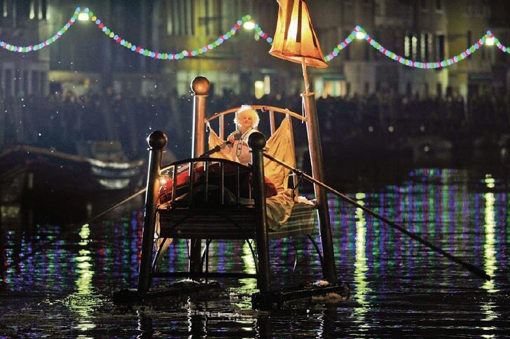 venedik-festivali-yatakta-kadin