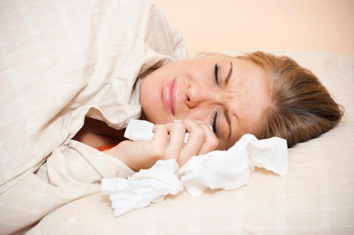 yatakta-aglayan-kadın
