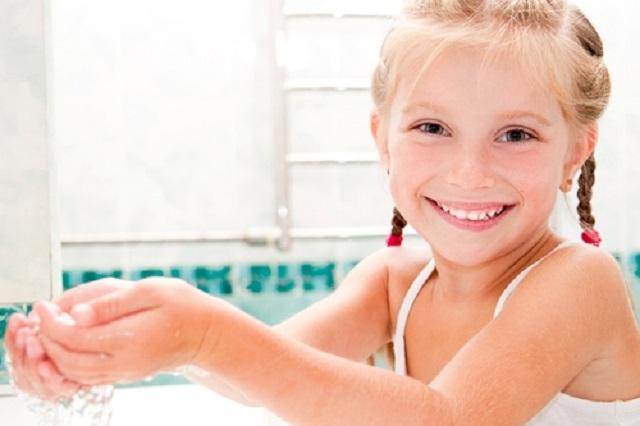 ellerini-su-ile-yikayip-sabunlayan-cocuk
