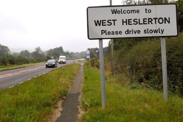 West-Heslerton-koyune-hosgeldiniz-tabelasi