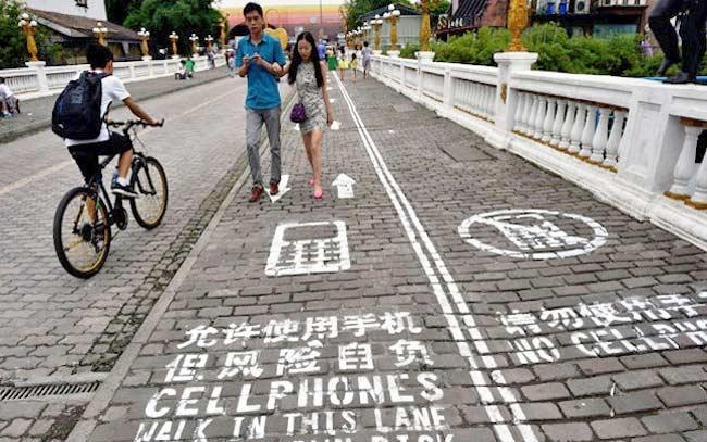 cep-telefonu-ile-yürüyüş-yolu-çin