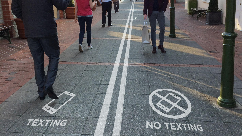 cep-telefonu-ile-yürüyüş-yolu-belçika