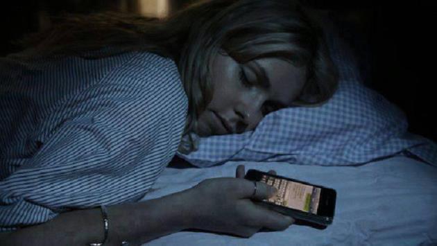 cep-telefonuyla-uyuya-kalmak