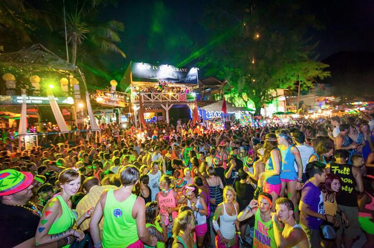 full-moon-party-people-dance-dj-beach