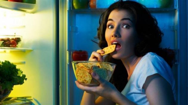 gece-buzdolabini-acip-biseyler-yemek-atistirmak