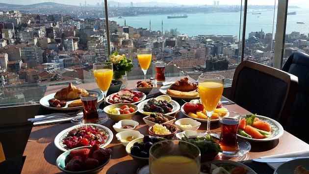guzel-keyifli-pazar-kahvaltisi-deniz-manzarali