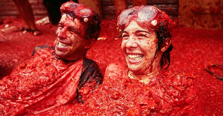 la-tomato-festivali-eglenen-insanlar