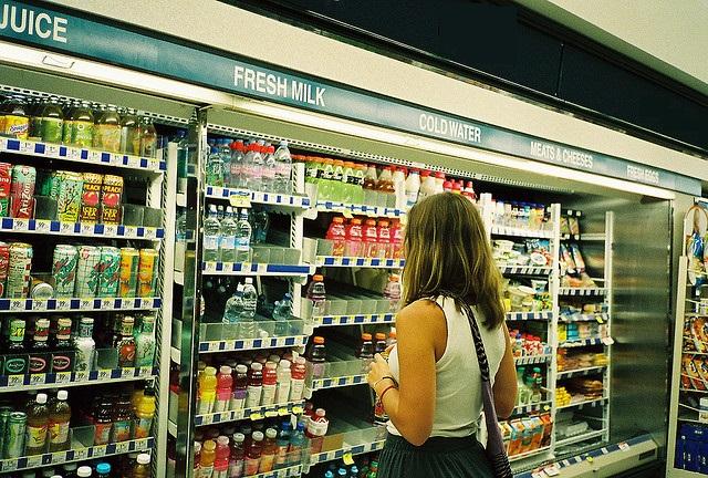 marketteki-icecek-reyonunda-bir-kadin