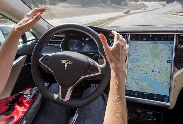 Tesla-Model-3-otomatik-pilot