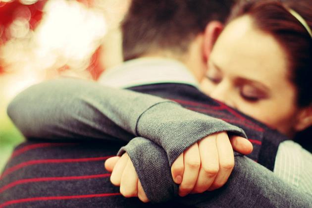 sevgiliye-sarilmak-affetmek-barismak