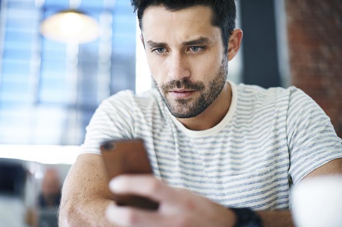 telefonuna-bakmayan-erkek-sevgili