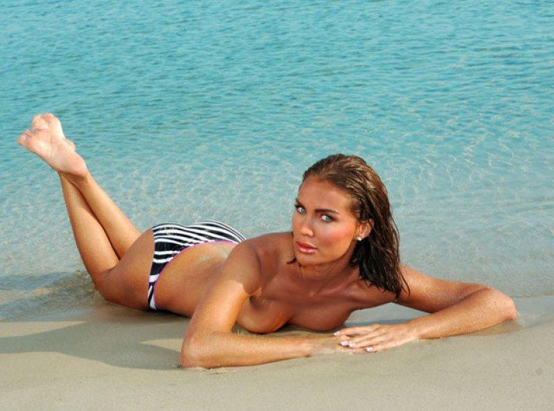 ebru-salli-ciplak-bikinili-fotograf-magazin